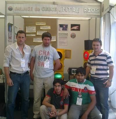 Los creadores presentan «Enlace de cruce» en el stand de la Feria de Ciencia y Tecnología 2012