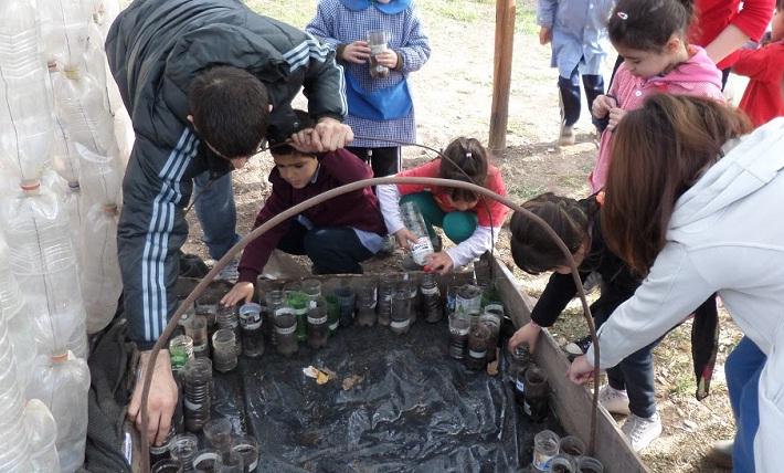 Alumnos de Educacion Inicial siembran semillas en el jardín de infantes.