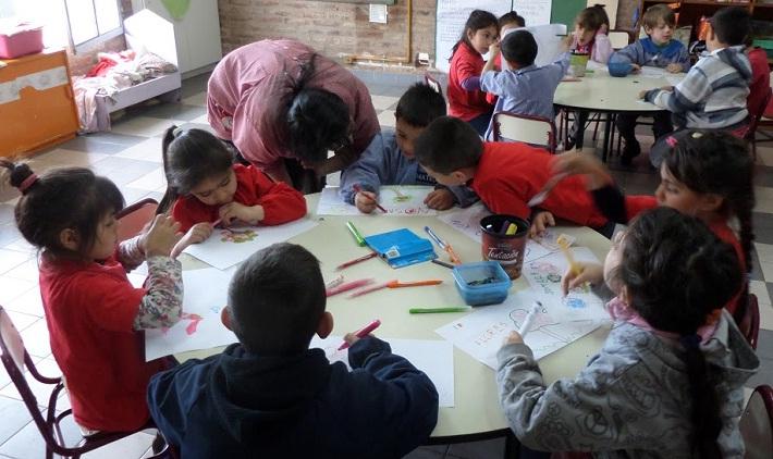Alumnos de Inicial realizan dibujos sobre los beneficios de los árboles.