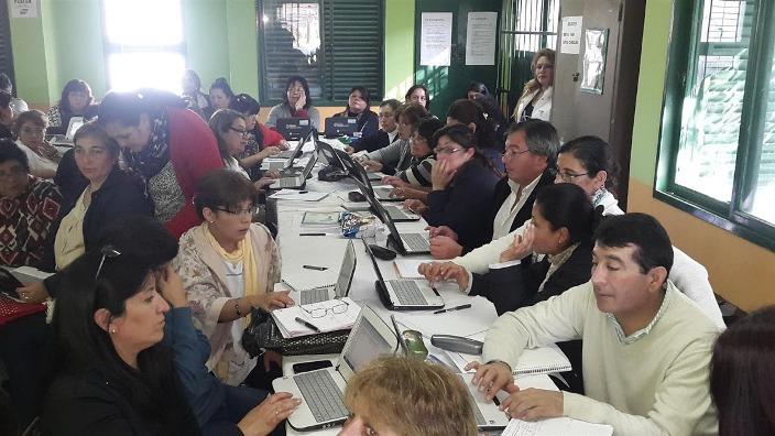 Grupo de docentes con sus netbooks en un aula