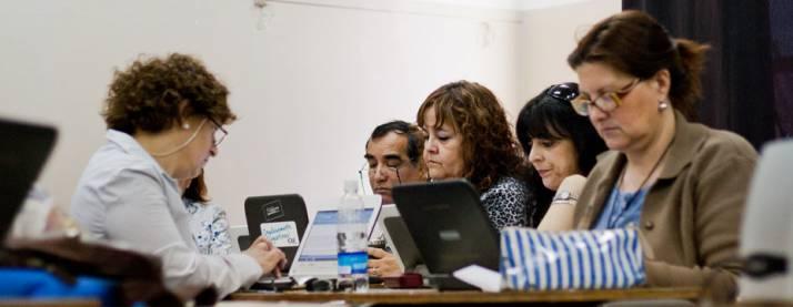 Grupo de hombres y mujeres trabajando con sus netbooks
