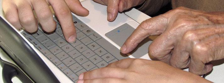 Manos sobre teclado computadora